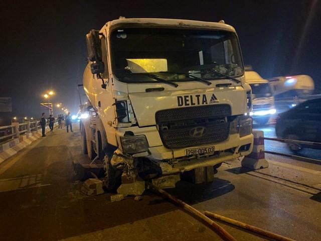 Xe bồn nổ lốp mất lái trên cầuThanh Trì, 4 sinh viên gặp nạn - 1