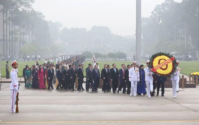 Các đại biểu Quốc hội vào Lăng viếngChủ tịch Hồ Chí Minh - 3