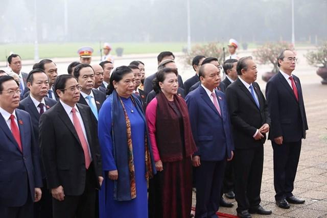 Các đại biểu Quốc hội vào Lăng viếngChủ tịch Hồ Chí Minh - 6