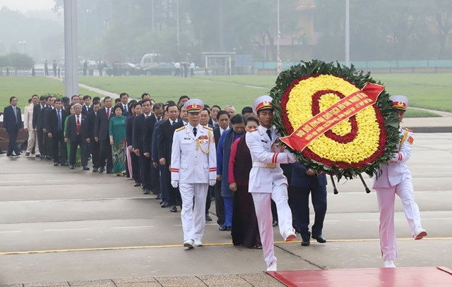 Các đại biểu Quốc hội vào Lăng viếngChủ tịch Hồ Chí Minh - 4