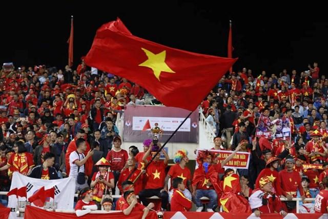 [ẢNH] Khán giả 'nhuộm đỏ' sân vận động Mỹ Đình - 1