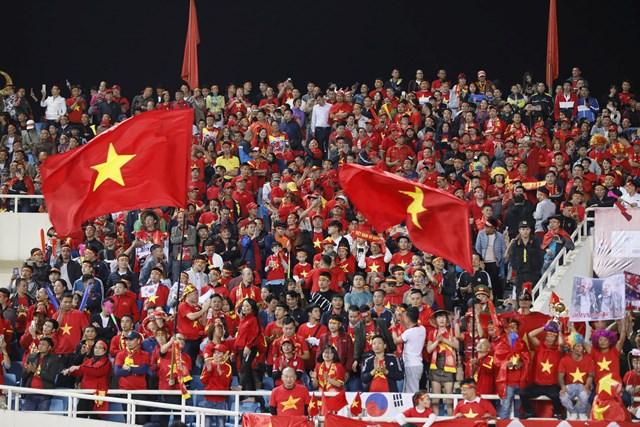 [ẢNH] Khán giả 'nhuộm đỏ' sân vận động Mỹ Đình - 2