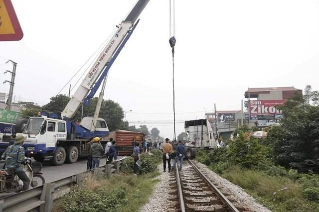 Băng qua đường sắt, container bị tông đứt đôi, tài xế may mắn thoát chết