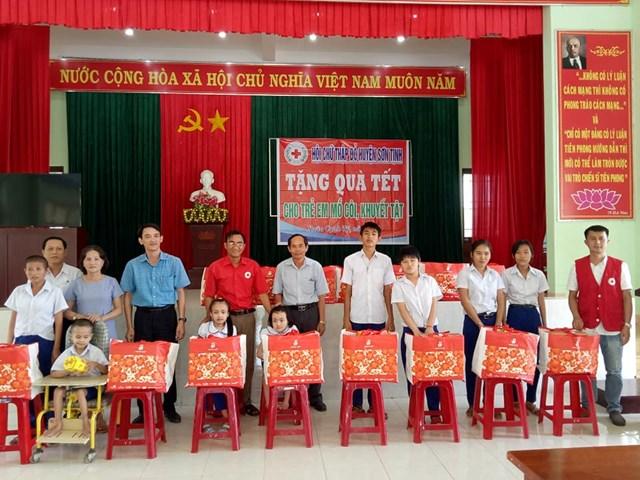 Hội Chữ thập đỏ huyện Sơn Tịnh trao quà Tết cho trẻ em khuyết tật - 1