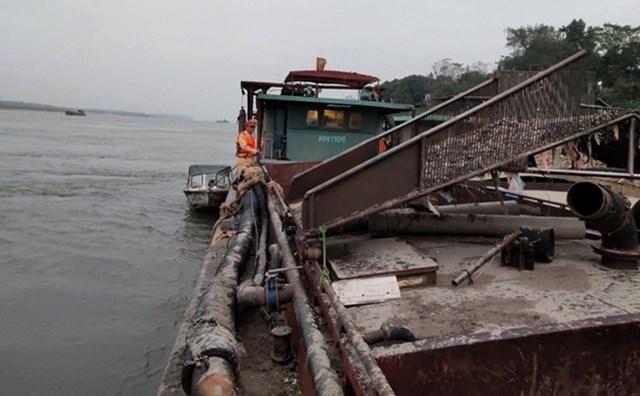 Tàu 400 tấn 'tranh thủ' khai thác cát lậu trong đêm