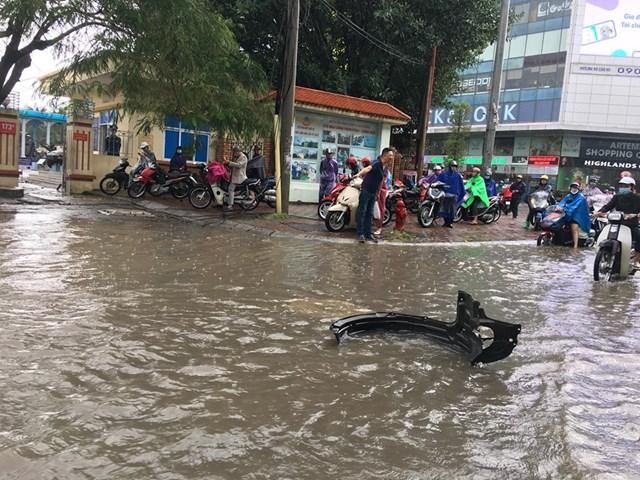 [ẢNH] Bất ngờ với cơn mưa lớn, đường Hà Nội biến thành 'sông' - 10
