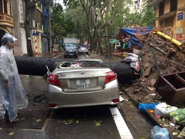 [ẢNH] Bất ngờ với cơn mưa lớn, đường Hà Nội biến thành 'sông' - 9