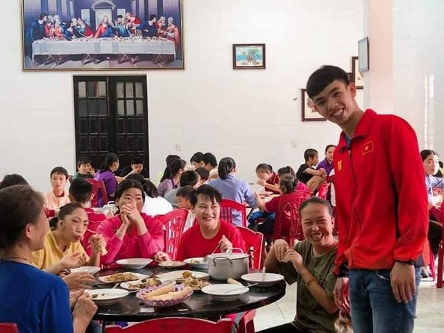 Kình ngư Nguyễn Huy Hoàng trích tiền thưởng SEA Games 30 giúp đỡ trẻ khuyết tật ở quê nhà - 1