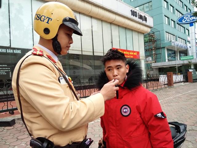 Người phụ nữ đề nghị Cảnh sát lau hộ son khi thổi nồng độ cồn - 3