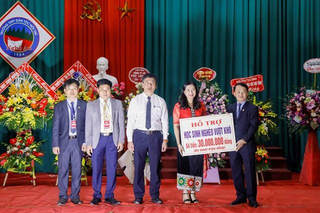 Phó Chủ tịch - Tổng Thư ký Hầu A Lềnh trao quà cho học sinh dân tộc nội trú tại Nghệ An - 4