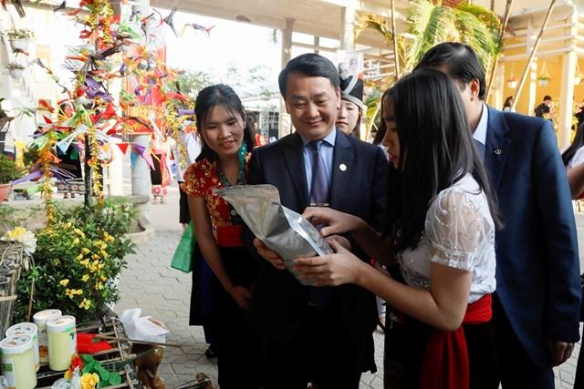 Phó Chủ tịch - Tổng Thư ký Hầu A Lềnh trao quà cho học sinh dân tộc nội trú tại Nghệ An - 8