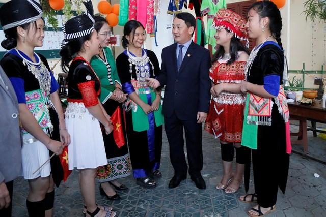 Phó Chủ tịch - Tổng Thư ký Hầu A Lềnh trao quà cho học sinh dân tộc nội trú tại Nghệ An - 6