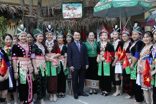 Phó Chủ tịch - Tổng Thư ký Hầu A Lềnh trao quà cho học sinh dân tộc nội trú tại Nghệ An - 9
