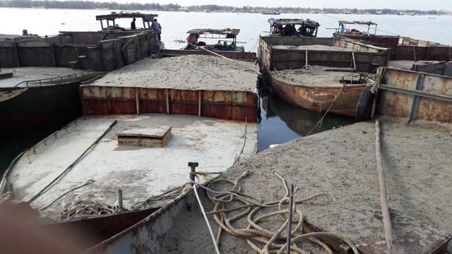 Phát hiện 5 tàu hút cát trái phép dưới khu vực Cửa Đại