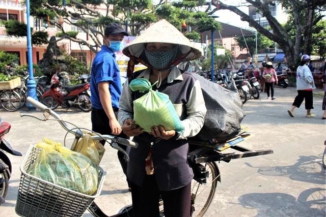 'ATM gạo yêu thương' ấm lòng người nghèo giữa mùa dịch - 1