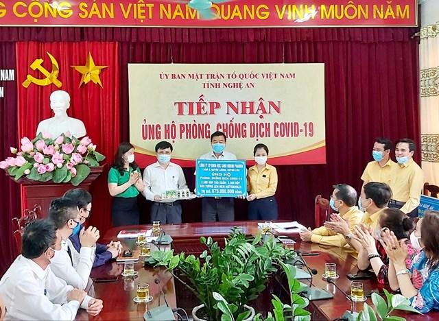 Nghệ An: Mặt trận bàn giao 6,5 tỷ đồng cho Sở Y tế chống dịch