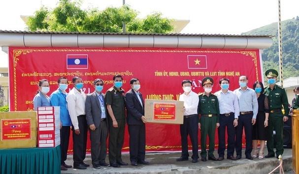 Tỉnh Nghệ An trao tặng tỉnh Xiêng Khoảng (Lào) trang thiết bị y tế phóng, chống Covid-19