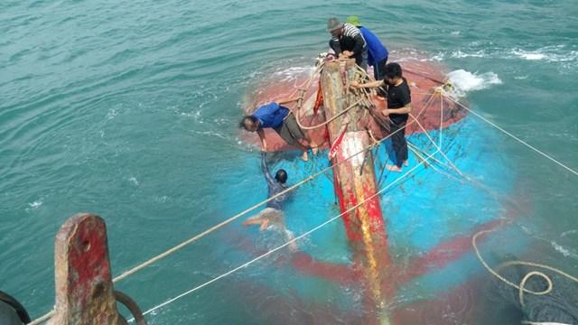 Trục vớt một tàu cá Quảng Ngãi bị chìm ở vùng biển Cù Lào Chàm
