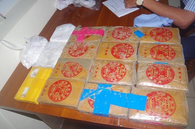 Phát hiện 24 bánh màu trắng nghi là heroin trên bãi biển