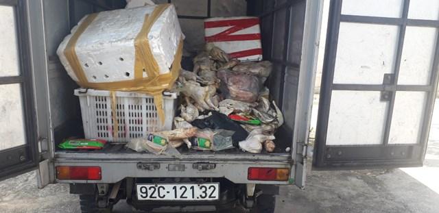 Bắt quả tang xe tải chở thịt đông lạnh thối rữa đổ ra môi trường