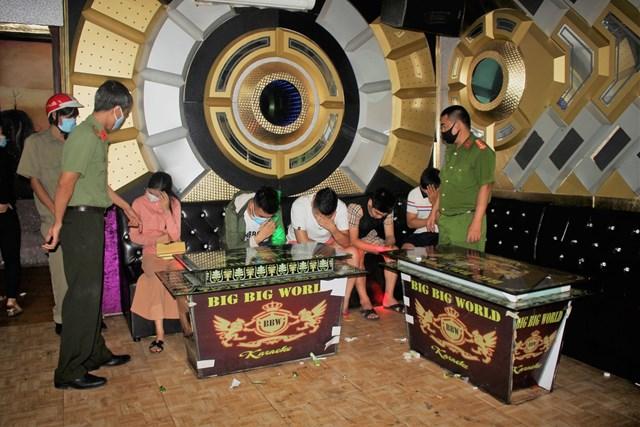 11 thanh niên, nữ tú 'bay lắc' trong quán karaoke giữa mùa dịch - 1