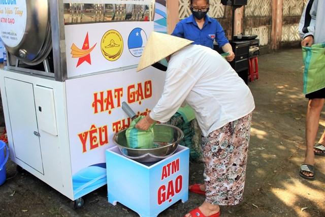 'ATM gạo yêu thương' ấm lòng người nghèo giữa mùa dịch - 2