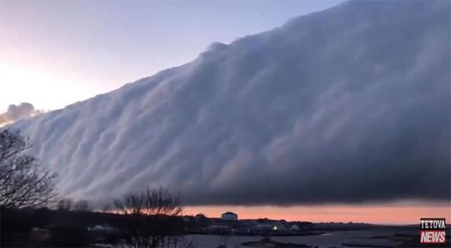 Dải mây khác lạ chắn ngang trời