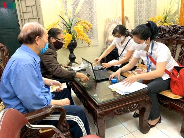 Hà Nội chi trả lương hưu, trợ cấp xã hội qua thẻ ATM