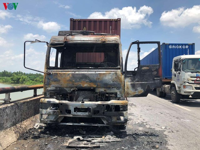 Xe đầu kéo cháy rụi khi đang chạy trên quốc lộ 5
