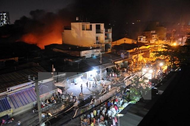 Cháy lớn ở xưởng nệm mút làm cả khu dân cư hoảng loạn - 1
