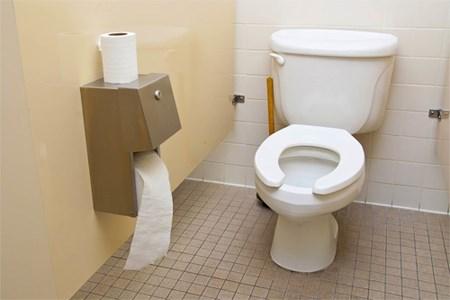 Mẹo vặt: Chỉ một chiếc tất và mẩu xà phòng thừa sạch mùi hôi toilet