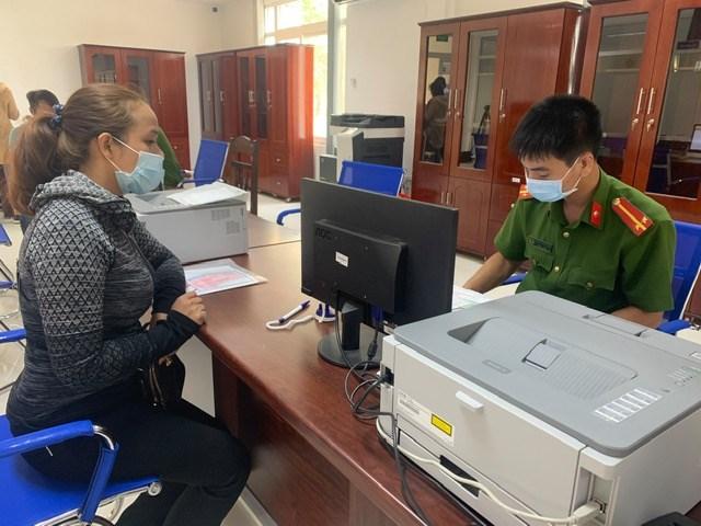 Công an tỉnh Đắk Lắk phát hàng ngàn khẩu trang miễn phí cho người dân - 1