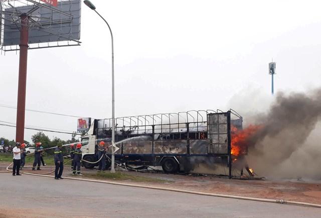 Quảng Bình: Xe tải bốc cháy, hàng chục xe máy mới xuất xưởng bị thiêu rụi - 1