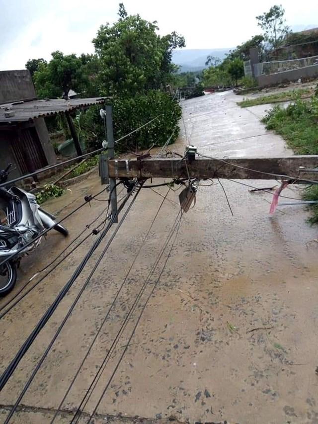 Hà Tĩnh: Lốc xoáy, 2 người bị thương, nhiều nhà dân bị tốc mái - 1