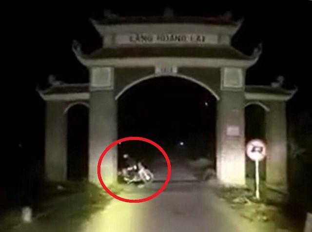Hai thanh niên nghi 'dàn dựng' cảnh tai nạn để tấn công xe cứu thương