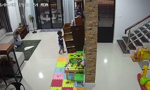 [VIDEO] Em bé suýt nguy tính mạng vì chiếc tủ ngăn kéo