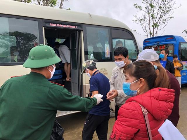 Quảng Bình: Thêm 132 người hoàn thành cách ly được trở về gia đình - 1