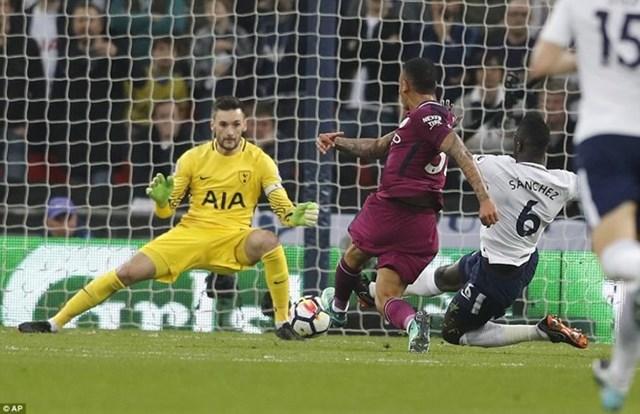 Hạ gục Tottenham, Man City áp sát ngôi vương Premier League - 1