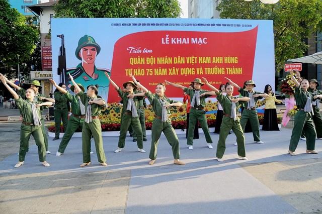 TP Hồ Chí Minh: Trưng bày hơn 200 tư liệu quý nhân kỷ niệm 75 năm Ngày thành lập QĐND Việt Nam - 1