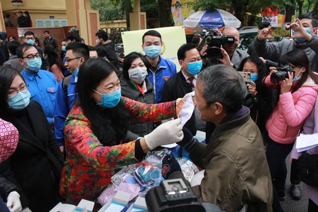 Mặt trận Hà Nội: 100% hộ nghèo sẽ được hỗ trợ khẩu trang, nước rửa tay sát khuẩn - 1