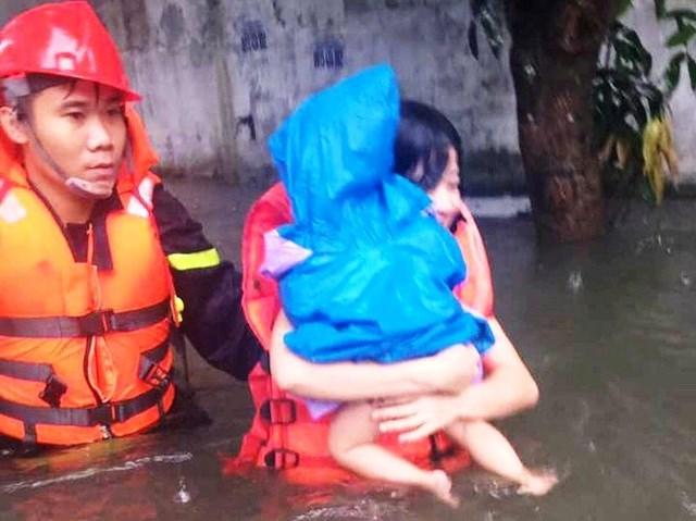 Nghệ An: Cảnh sát căng dây giữa dòng lũ, cứu sống 2 mẹ con đang co ro trên nóc tủ - 2