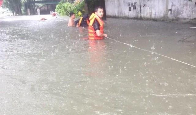 Nghệ An: Cảnh sát căng dây giữa dòng lũ, cứu sống 2 mẹ con đang co ro trên nóc tủ