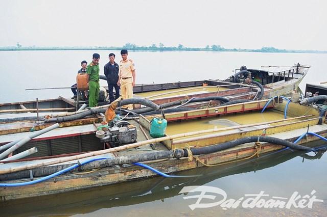 Bắt 2 tàu hút cát trái phép trên sông Hương