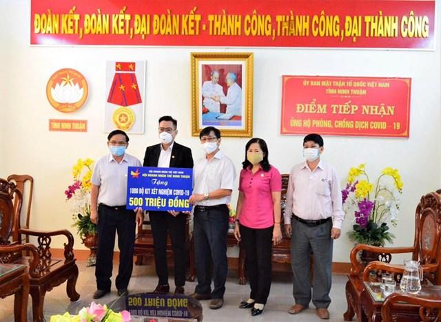 Mặt trận Ninh Thuận tiếp nhận ủng hộ phòng, chống dịch Covid-19