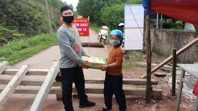 Học sinh lớp 2 dùng tiền tiết kiệm mua sữa tặng lực lượng chống dịch
