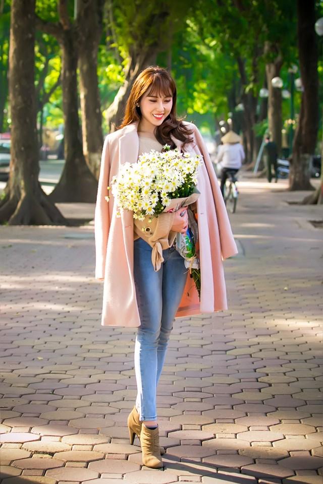 Hoa hậu Hoàng Kim khoe vẻ đẹp thanh xuân, e ấp bên cúc họa mi - 4