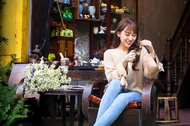 Hoa hậu Hoàng Kim khoe vẻ đẹp thanh xuân, e ấp bên cúc họa mi - 7