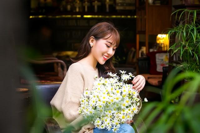 Hoa hậu Hoàng Kim khoe vẻ đẹp thanh xuân, e ấp bên cúc họa mi - 1