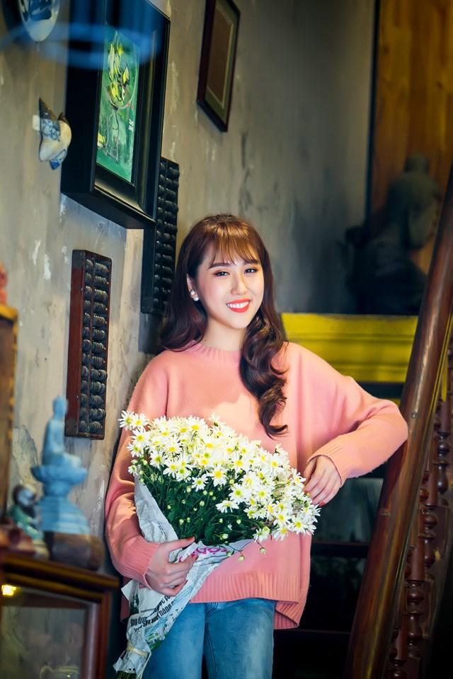 Hoa hậu Hoàng Kim khoe vẻ đẹp thanh xuân, e ấp bên cúc họa mi - 3