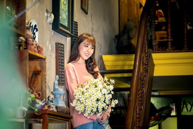Hoa hậu Hoàng Kim khoe vẻ đẹp thanh xuân, e ấp bên cúc họa mi - 5